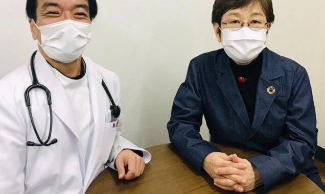デニムライクドクターコートを着用。東京都青梅市と新町クリニックが連携して運営のチャンネルご紹介
